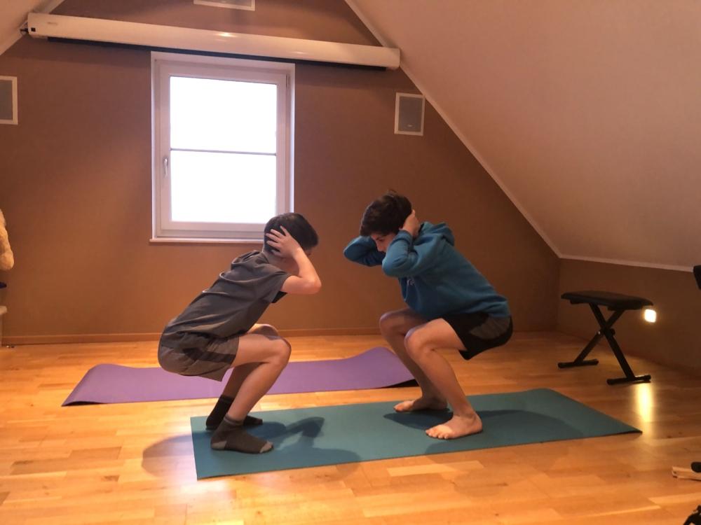 Kniebeugen kennt ihr sicher alle. Auch diese Übung ist hervorragend überall im Haus oder in der Wohnung zu machen.